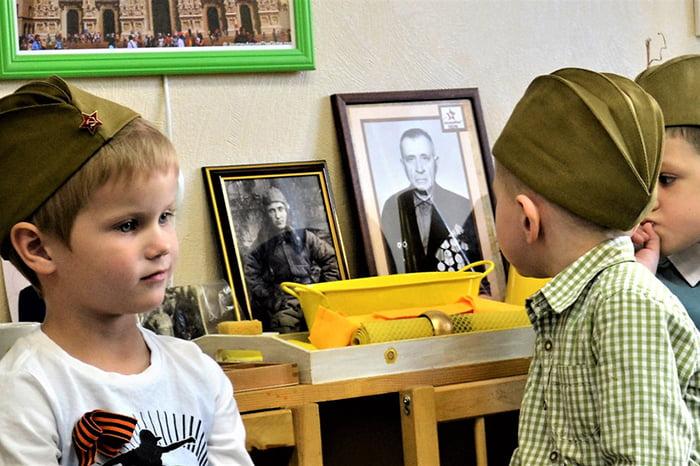 Дети с портретами своих прадедов