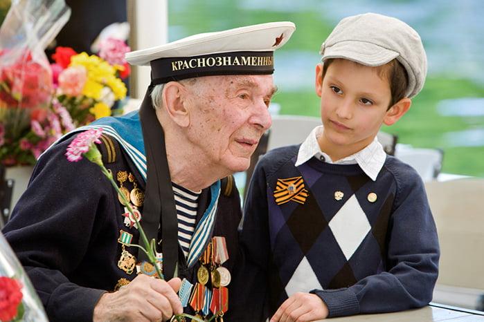 Матрос-ветеран разговаривает с ребенком