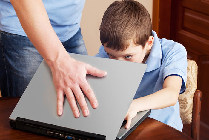 Взрослый запрещает ребенку пользоваться ноутбуком