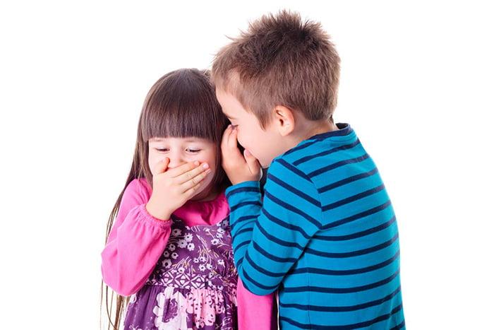 Дети шепчутся и смеются