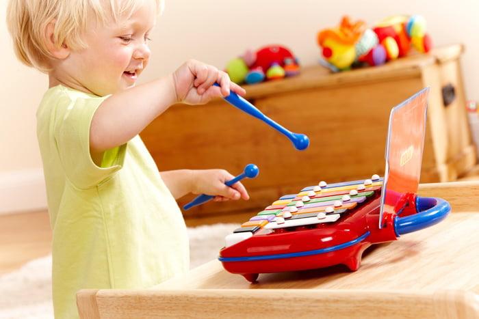 Ребенок с музыкальной игрушкой