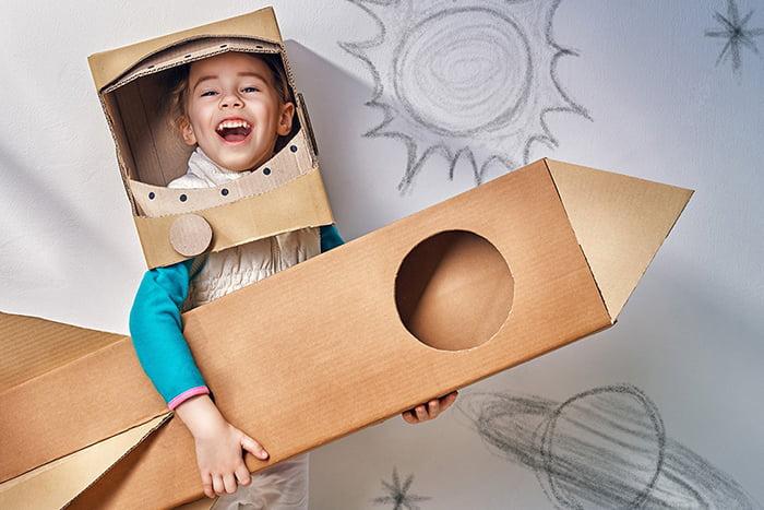 Девочка играет в космонавта