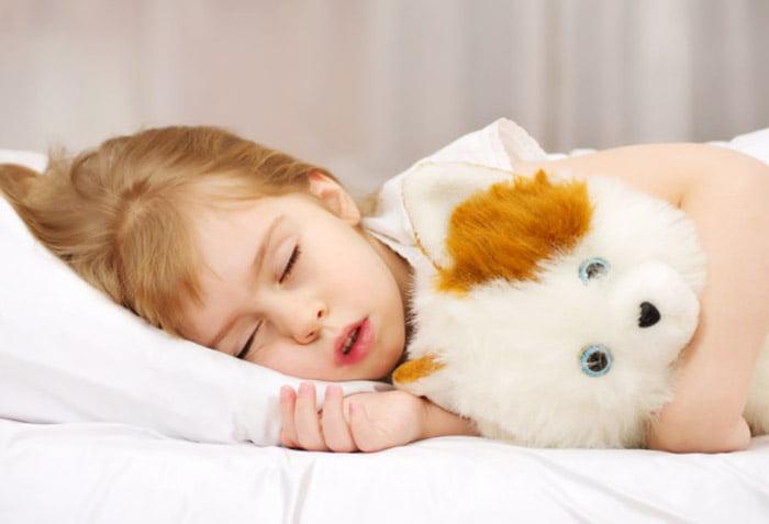 Девочка разговаривает во сне
