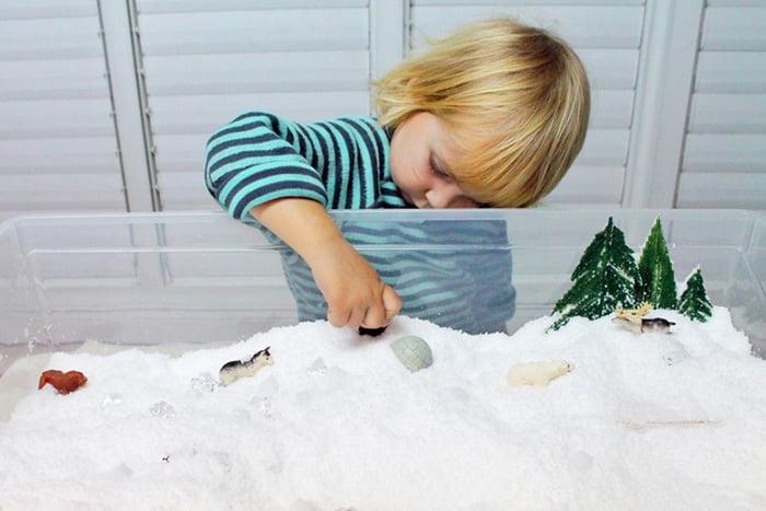 """Ребенок играет в """"зимней песочнице"""""""