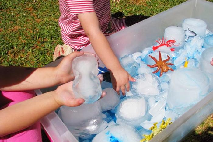 Дети летом играют со льдом