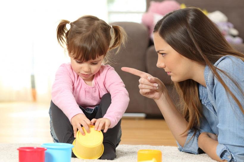 Мама поучает дочку