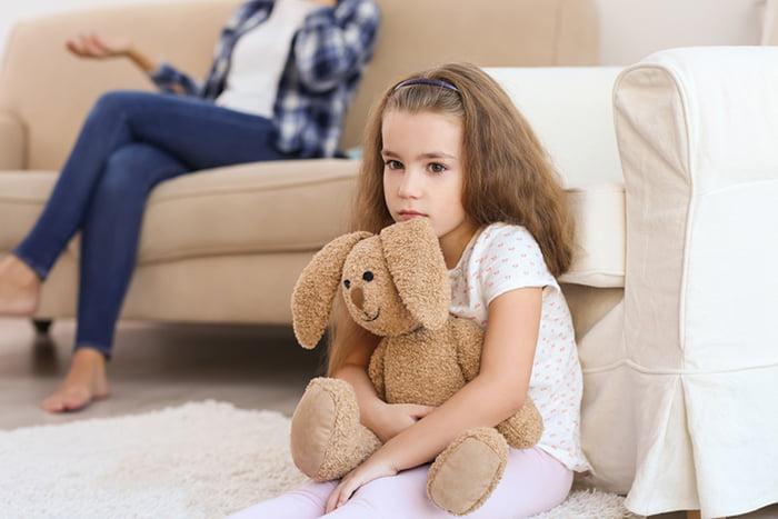 Грустная девочка с мягкой игрушкой