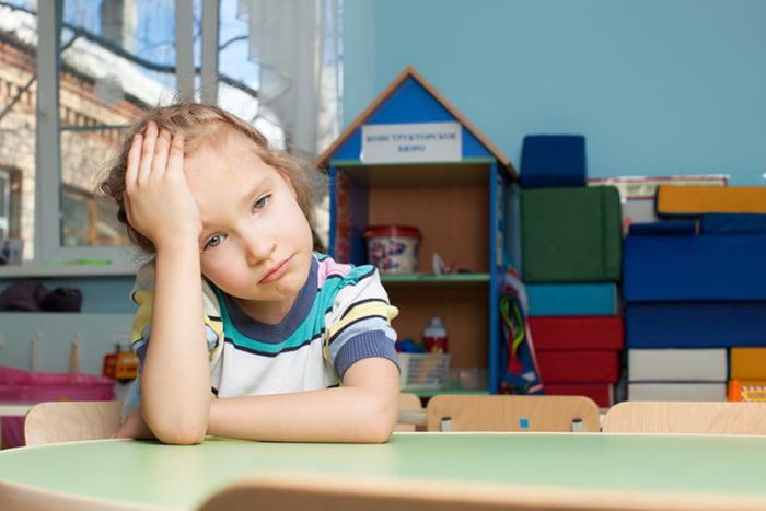 Девочка грустит в детском саду