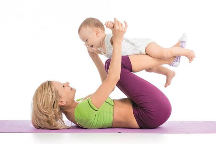 Мама занимается гимнастикой с малышом