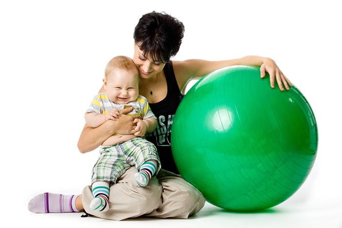 Мама с малышом и фитболом