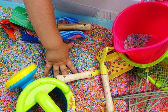 Ребенок играет с крупой