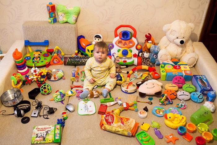 Много игрушек для ребенка