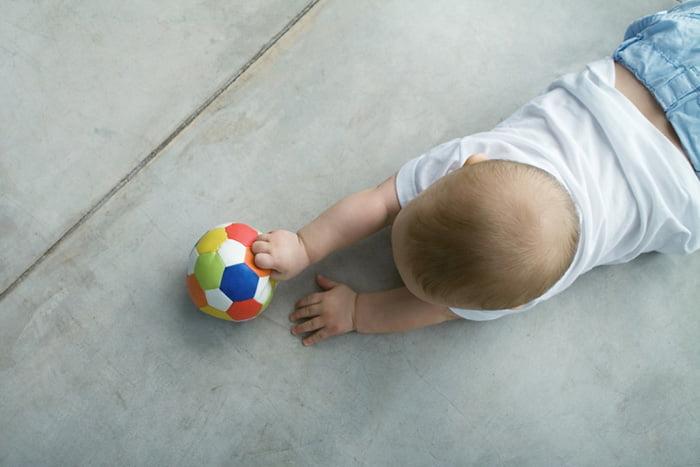 Ребенок ползет за мячиком