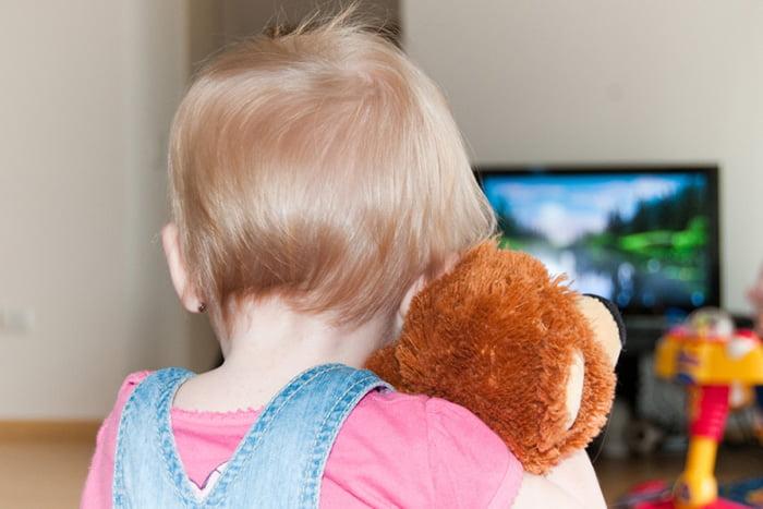 Ребенок смотрит телевизор в одиночестве