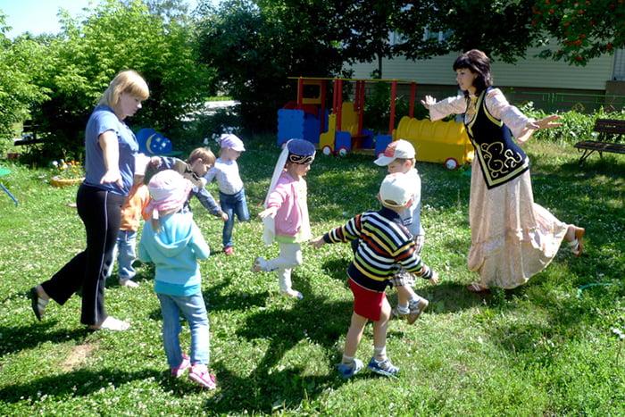 Дети играют в народную игру