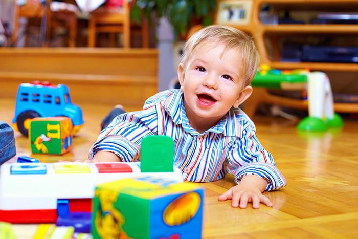 Ребенок на полу с игрушками