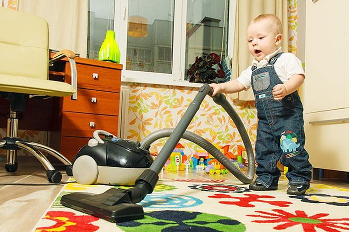 Ребенок с пылесосом