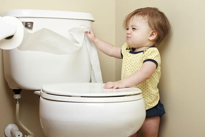 Ребенок разматывает туалетную бумагу