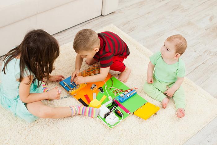 Дети с бизибордом
