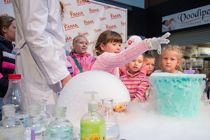 Дети экспериментируют с сухим льдом