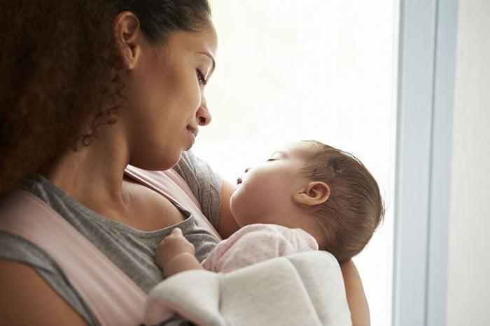Младенец заснул у мамы на руках
