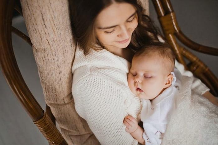 Ребенок спит на руках у мамы