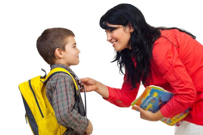 Мама отправляет сына в школу