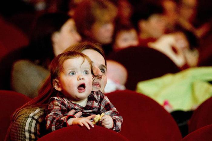 Ребенок с мамой в театре