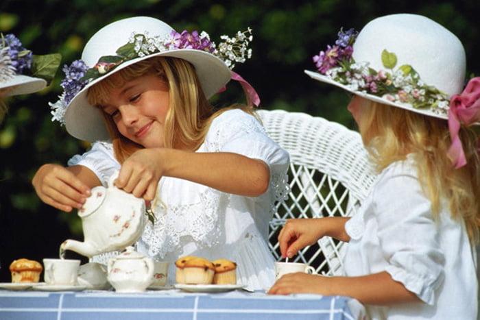Девочки за чаепитием