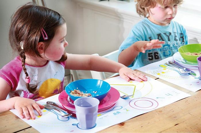 Дети учатся этикету за столом