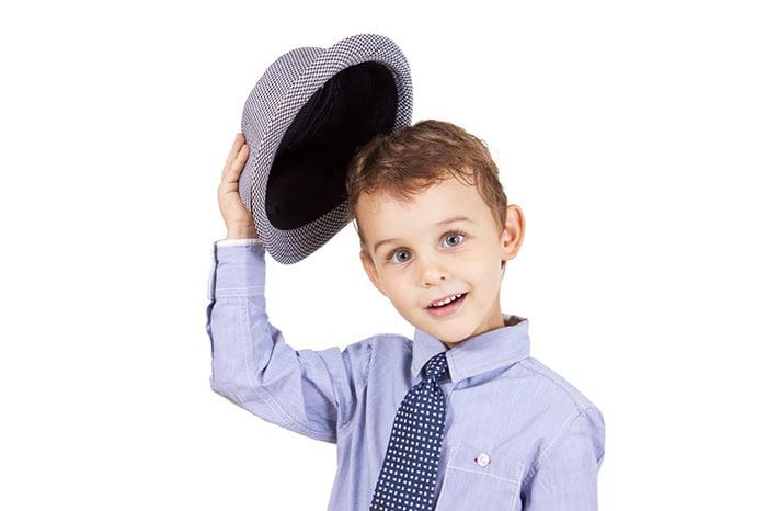 Мальчик снимает шляпу
