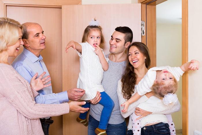 Семья с детьми пришла в гости