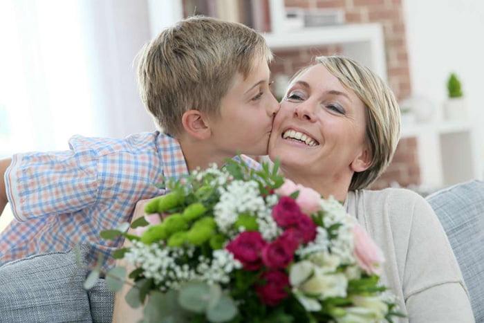 Мальчик целует маму