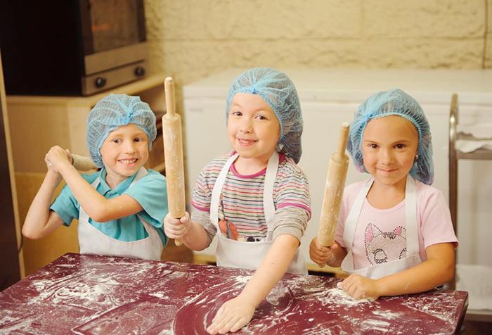 Дети готовят выпечку на кухне