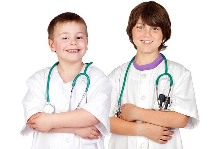 Мальчики в костюмах врачей