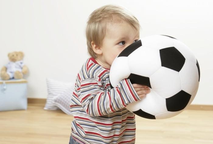 Ребенок с большим мягким мячом
