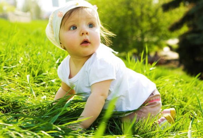Ребенок ползает по траве