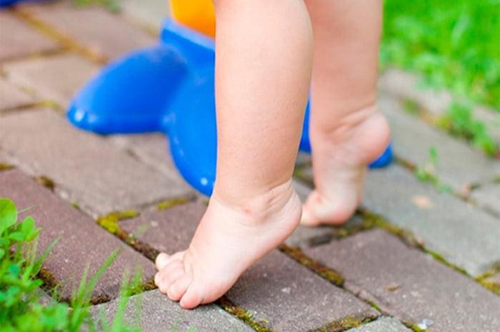 Ребенок стоит на носочках