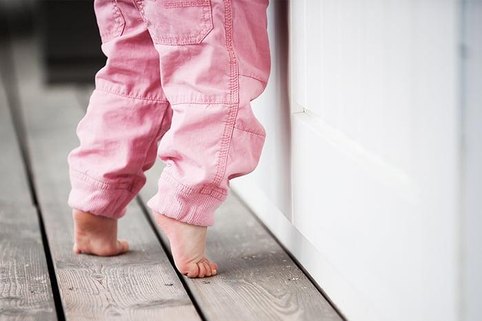Ребенок встает на носочки