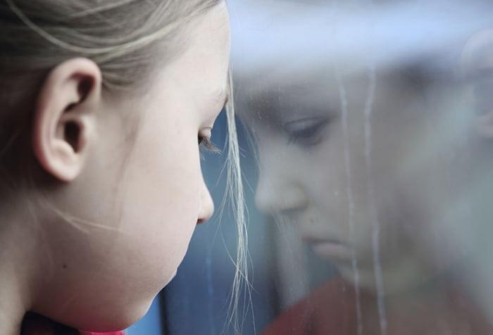 Девочка грустит
