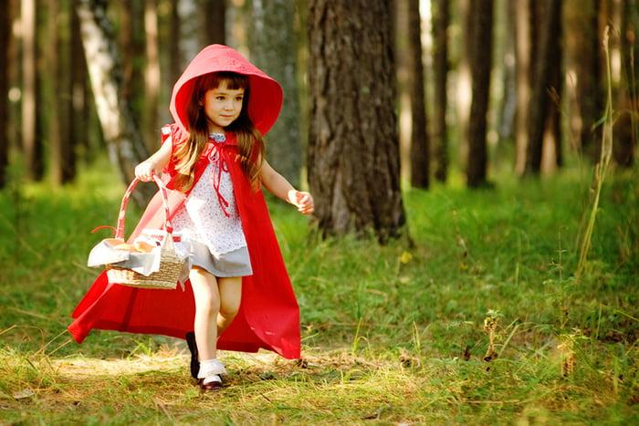 Девочка в образе Красной Шапочки