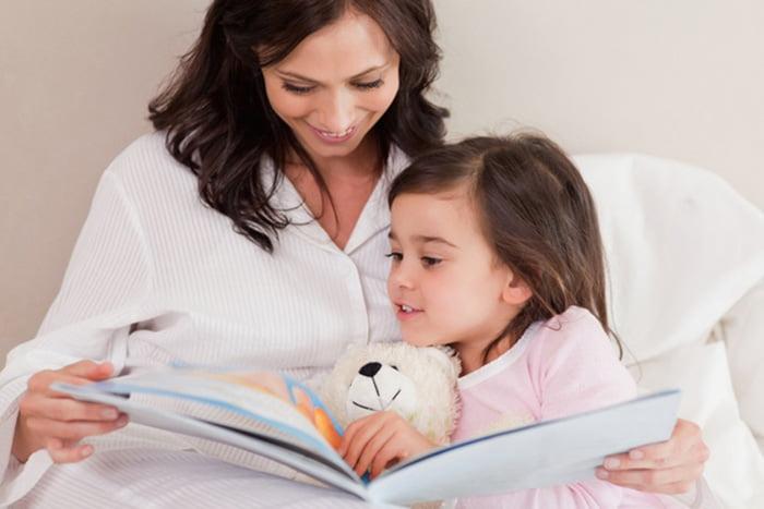 Мама читает дочке сказки