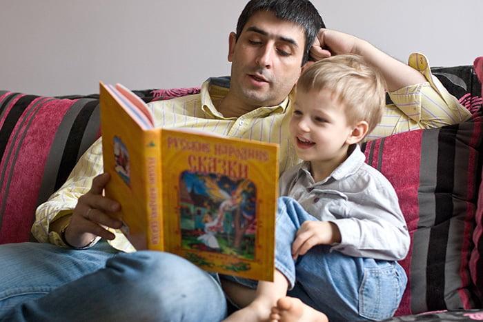 Папа читает сыну сказку