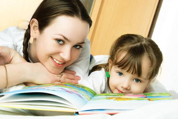 Мама с маленькой дочкой читают сказку