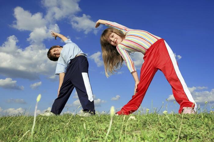 Дети делают зарядку на свежем воздухе
