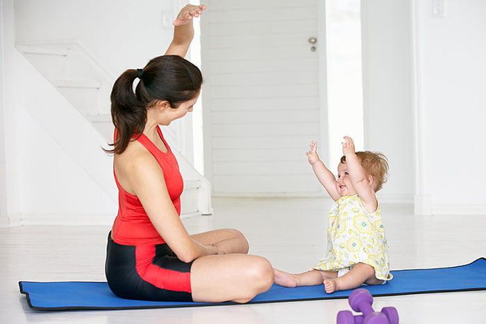 Малышка с мамой делает зарядку