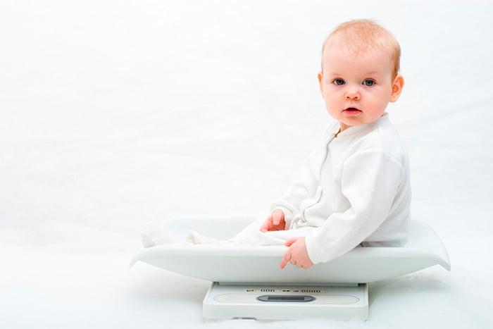 Полугодовалый малыш на весах