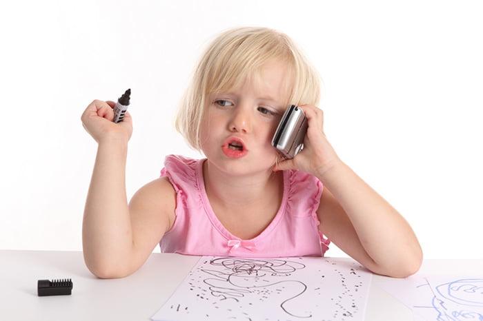 Девочка говорит по телефону