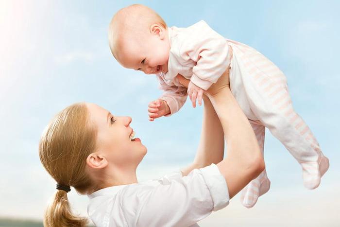 Мама кружит малыша на руках