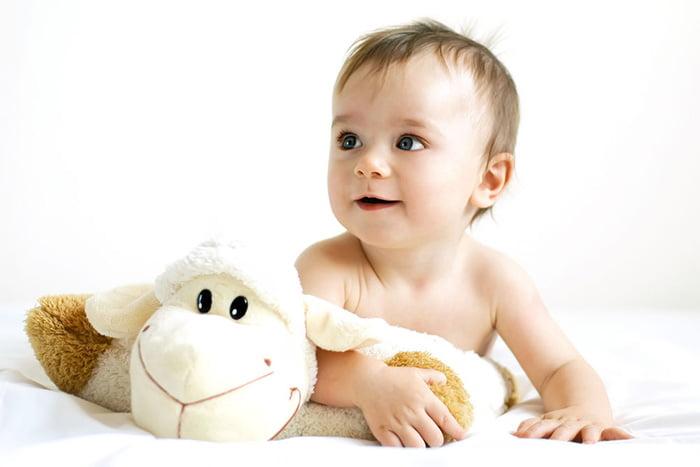 Малыш с мягкой игрушкой
